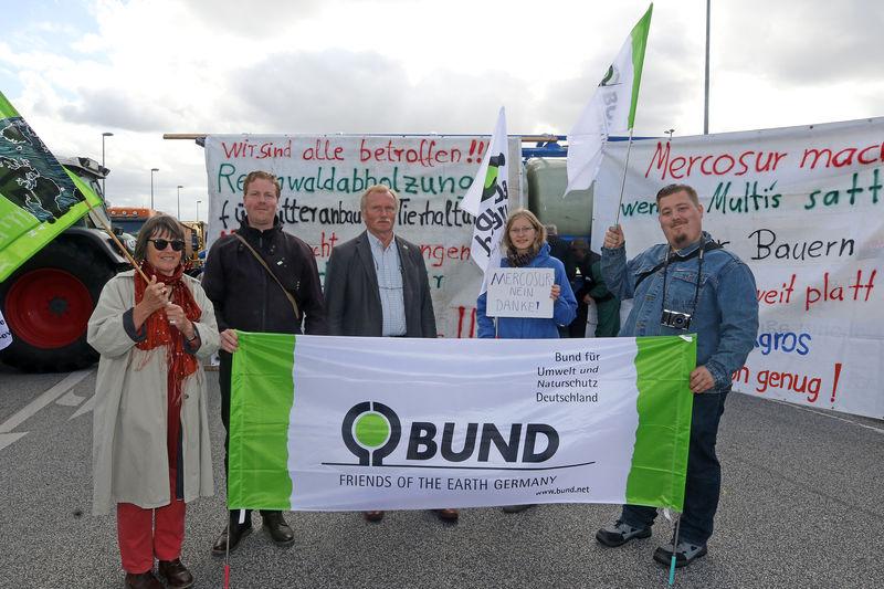Mitglieder der BUND Kreisgruppe Wilhelmshaven mit dem BUND Landesvorsitzenden Heiner Baumgarten (Mitte) unterstützten den Bauernprotest am Braker Hafen. Foto: BUND