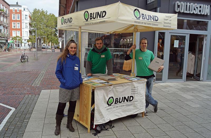 Junge Aktive vom BUND Bundesverband informieren in der Wilhelmshavener Fußgängerzone. Foto: BUND / Büscher