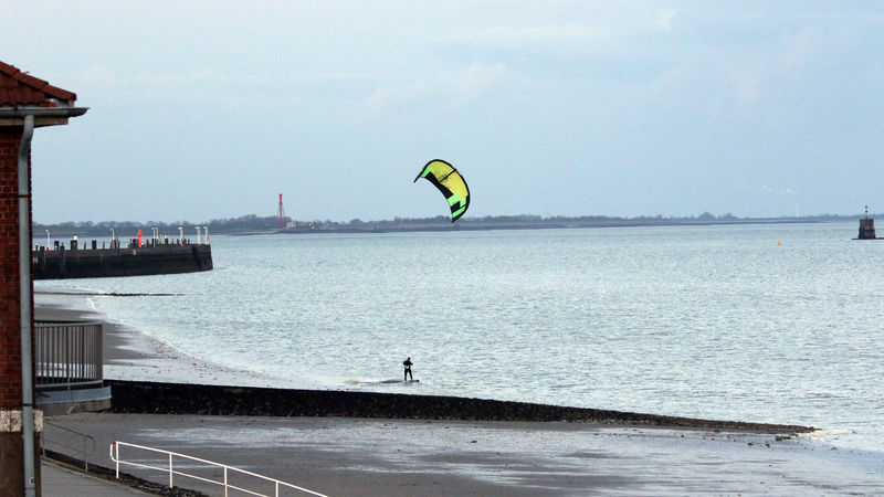 Kitesurfer am Wilhelmshavener Südstrand. Foto: BUND