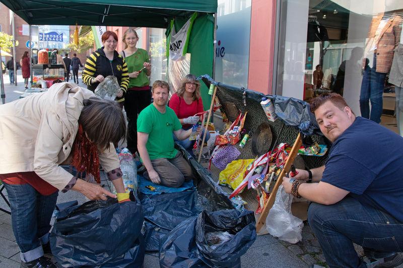 BUND-Mitglieder erschaffen eine Plastik aus Plastik. Foto: BUND
